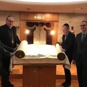 Präsident Günter Lieder (IKG Tirol und Vorarberg), Bischof Hermann Glettler, Peter Jungmann (Reinhold-Stecher-Gedächtnisverein), Superintendent Olivier Dantine