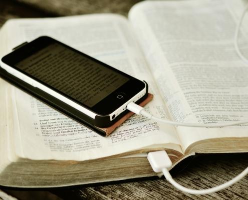 Smartphone auf Bibel